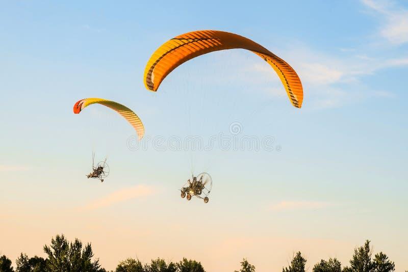 Полет trike 2 парапланов мотора к небу стоковые изображения