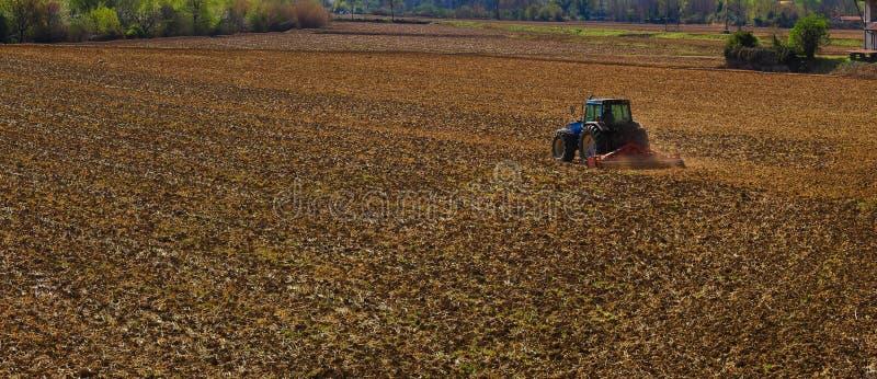 поле вспахивает трактор стоковое изображение rf