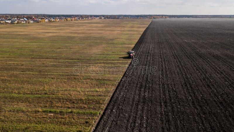 поле вспахивая трактор Взгляд глаза ` s птицы стоковая фотография rf