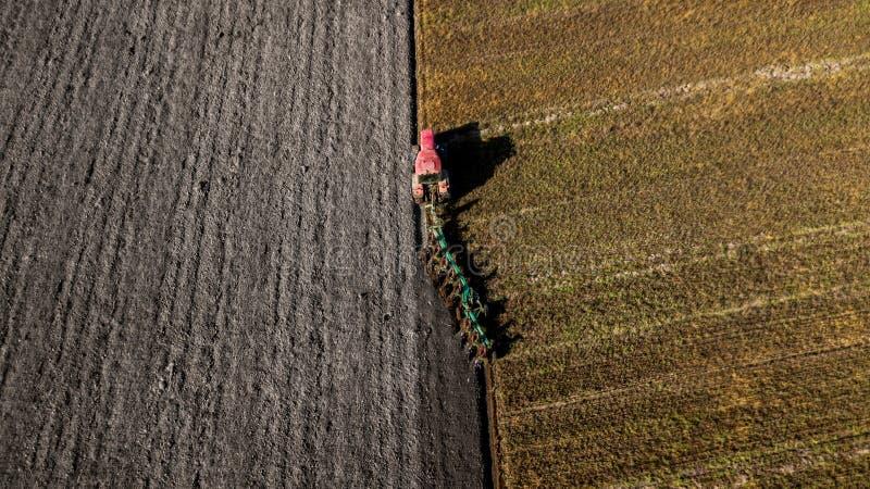 поле вспахивая трактор Воздушная стрельба Вспахивать поля стоковые фотографии rf