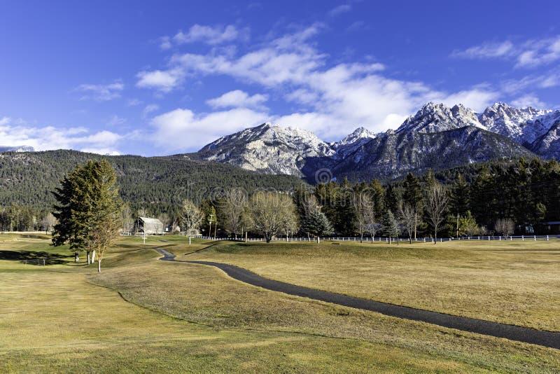 Поле для гольфа на горячих источниках Fairmont в восточном Kootenays около Британской Колумбии Канады Invermere в предыдущей зиме стоковые фотографии rf