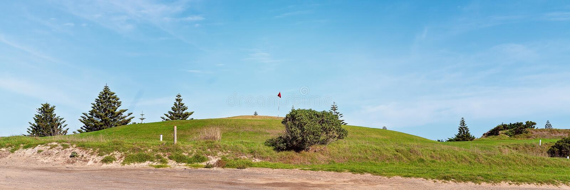 Поле для гольфа около пляжа стоковое изображение