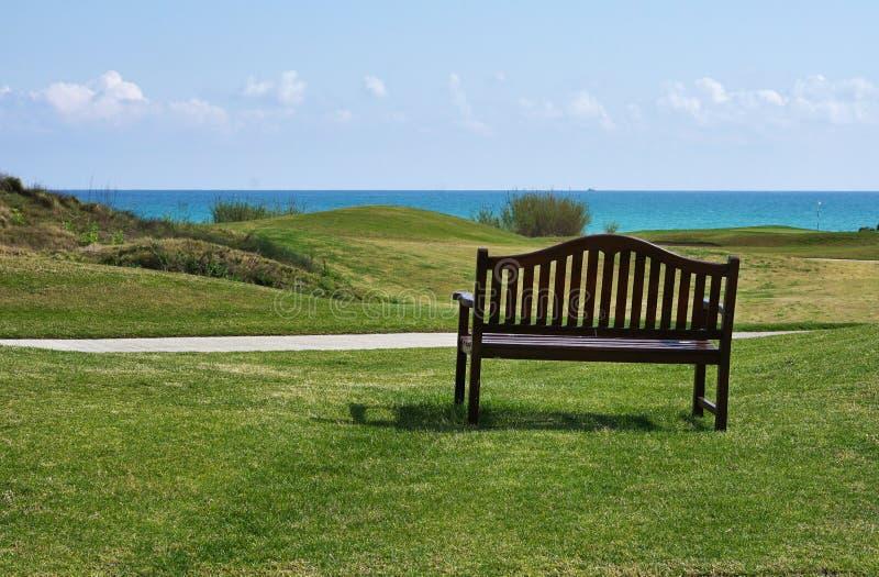 Поле для гольфа около пляжа стоковые фото