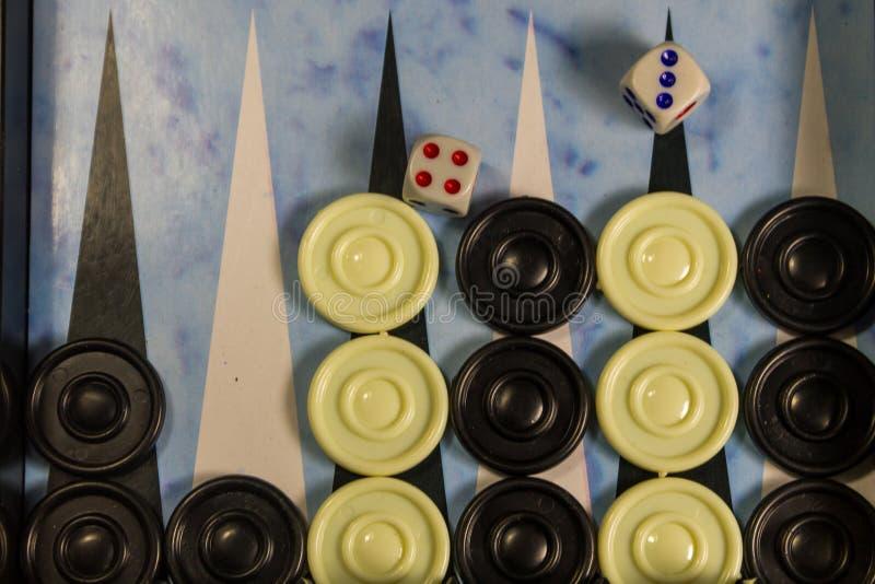 Поле игры в нард с костью и контролерами стоковое изображение rf