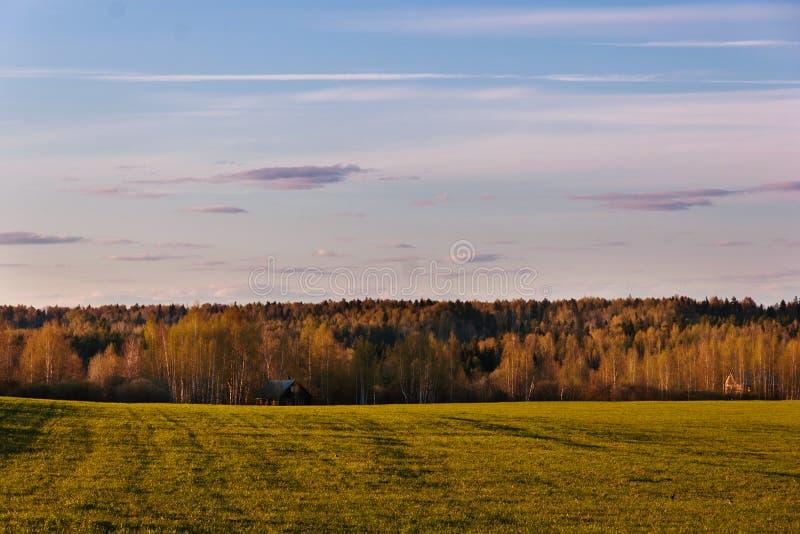 Абстрактная естественная предпосылка Поле, лес и деревня весны стоковая фотография