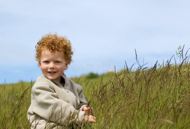 поле мальчика счастливое стоковые изображения