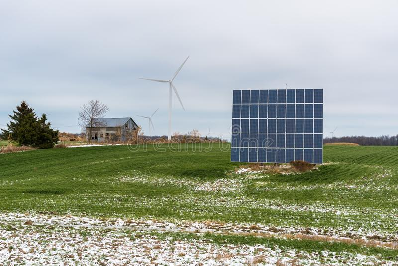поле обшивает панелями солнечный ветер турбин стоковое изображение rf