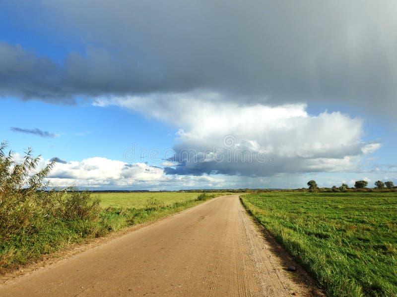 Поле, путь и облачное небо, Литва стоковая фотография rf
