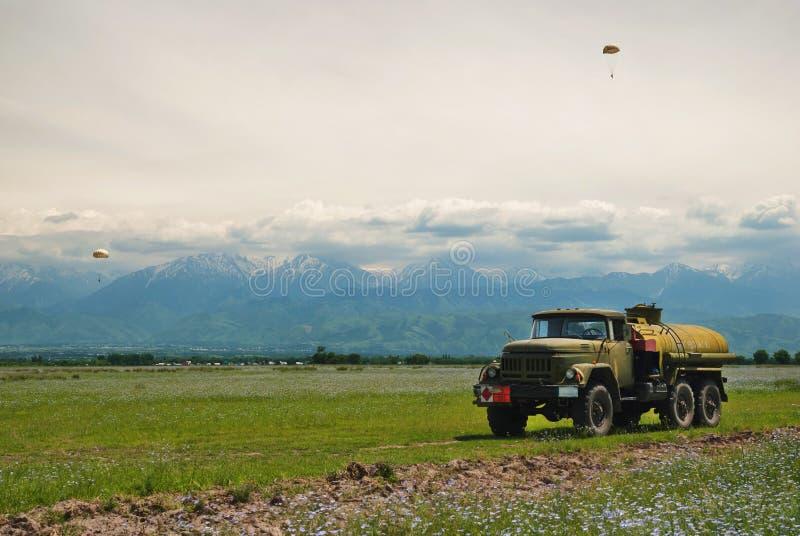 Поле пшеницы перед горами стоковая фотография rf