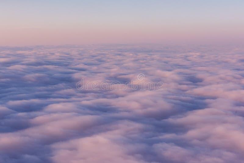 Поле розовых облаков на заходе солнца над взглядом стоковое фото rf