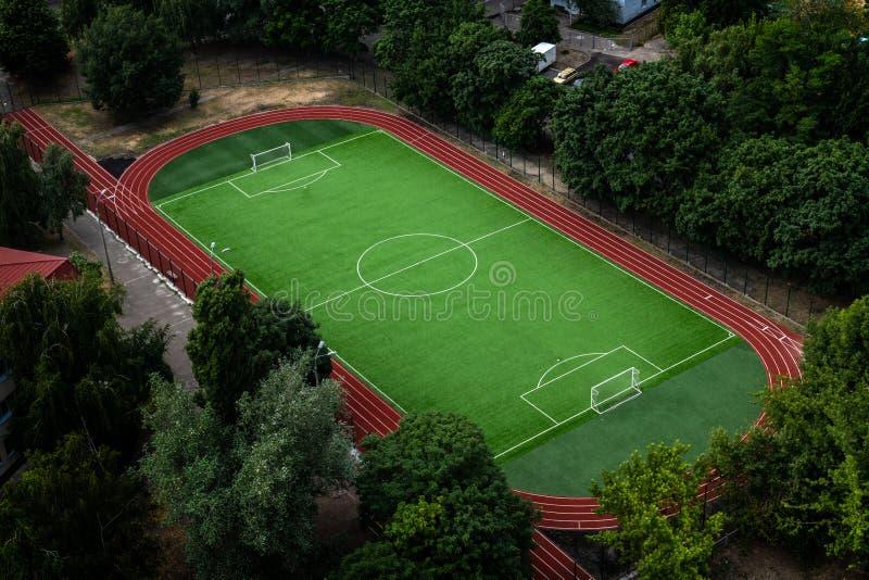 Поле футбольного стадиона с взглядом зеленой травы высоким стоковая фотография rf