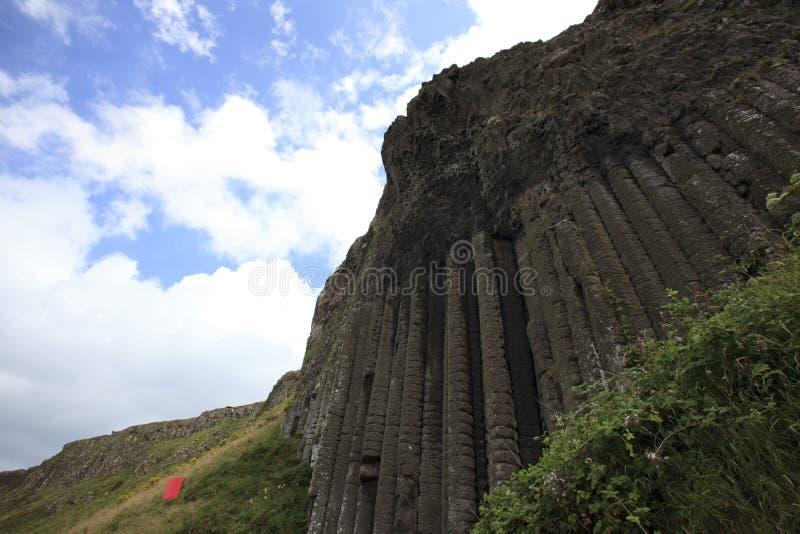 Полигональные столбцы утеса лавы базальта гигантской мощёной дорожки ` s стоковое фото