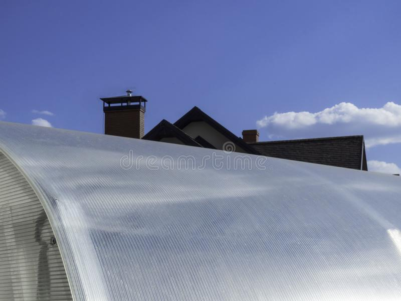 Поликарбонат покрывая как часть современной конструкции парника, голубого неба стоковые изображения