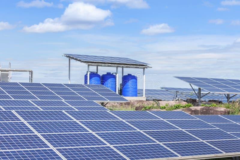 Поликристаллические фотоэлементы или фотогальванические элементы кремния в повороте электрической станции солнечной энергии вверх стоковое изображение