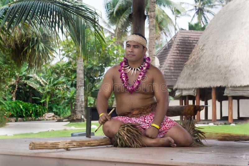 Полинезийский культурный разбивочный человек делает демонстрацию огня стоковое фото rf