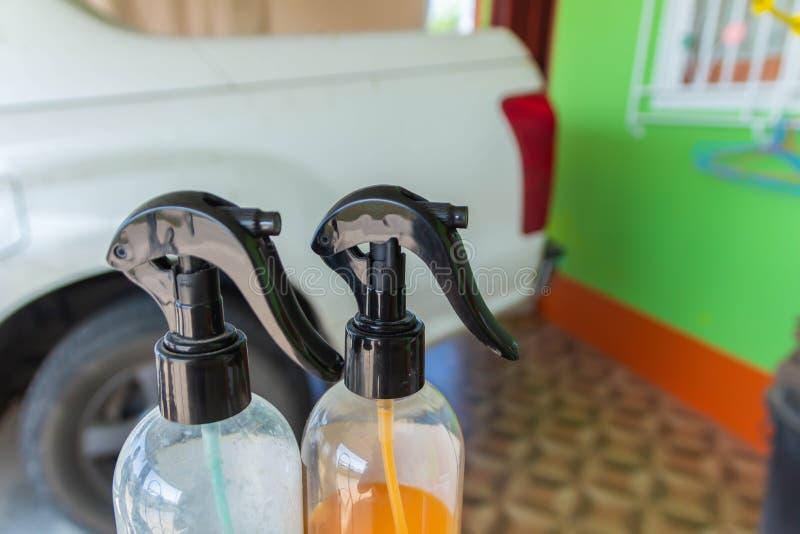 Полировщики бутылки с белыми автомобилями которые грязны если отполировано сделают автомобиль посветить немедленно стоковые изображения rf