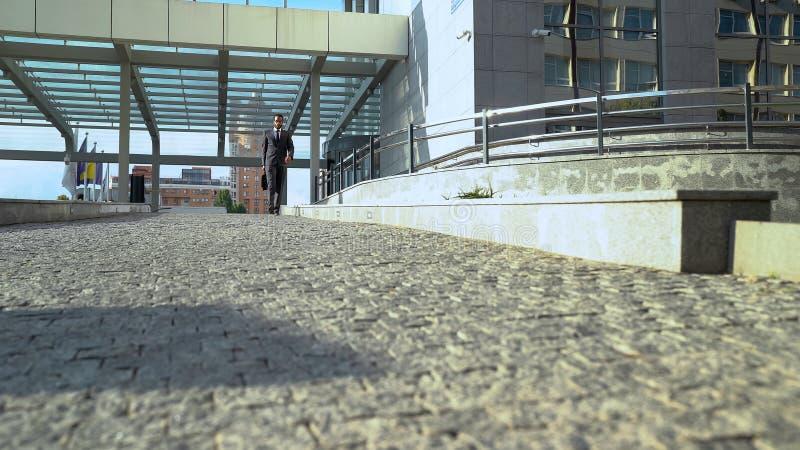 Политик идя вне деловый центр после международной конференции, деятельности стоковые фото
