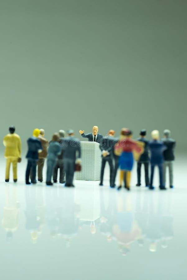 Политик или бизнесмен дают речь стоковые фотографии rf