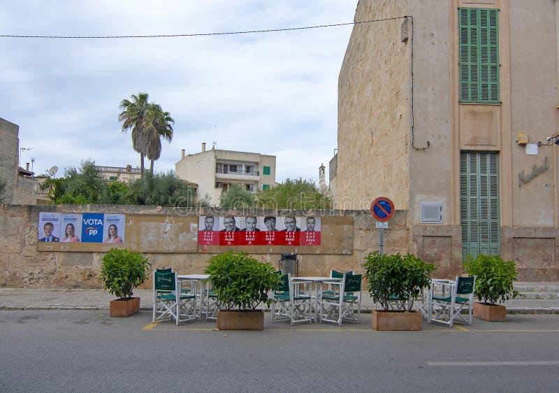 Политические плакаты и взгляд улицы стульев кафа стоковые фотографии rf