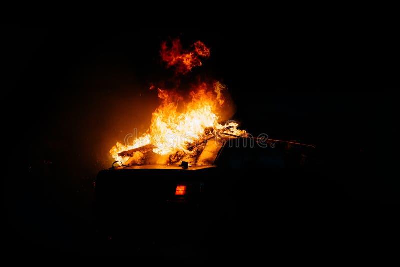 Политические протесты, поджоги автомобилей на улицах стоковые фото