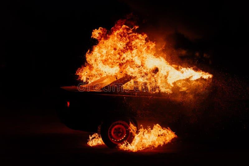 Политические протесты, поджоги автомобилей на улицах стоковая фотография