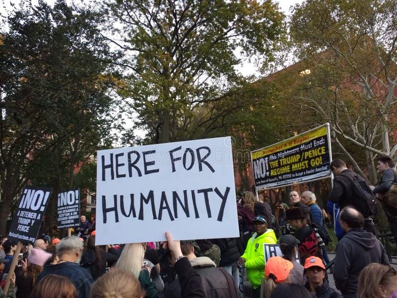 Политический митинг, здесь для гуманности, парк квадрата Вашингтона, NYC, NY, США стоковые фотографии rf