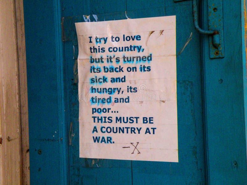 Политическое заявление на двери в французском квартале Новом Орлеане стоковая фотография rf