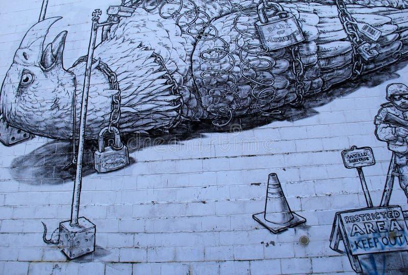 Политическое изображение большой птицы в цепях покрашенных на стене каменного здания, Rochester, Нью-Йорка, 2017 стоковая фотография