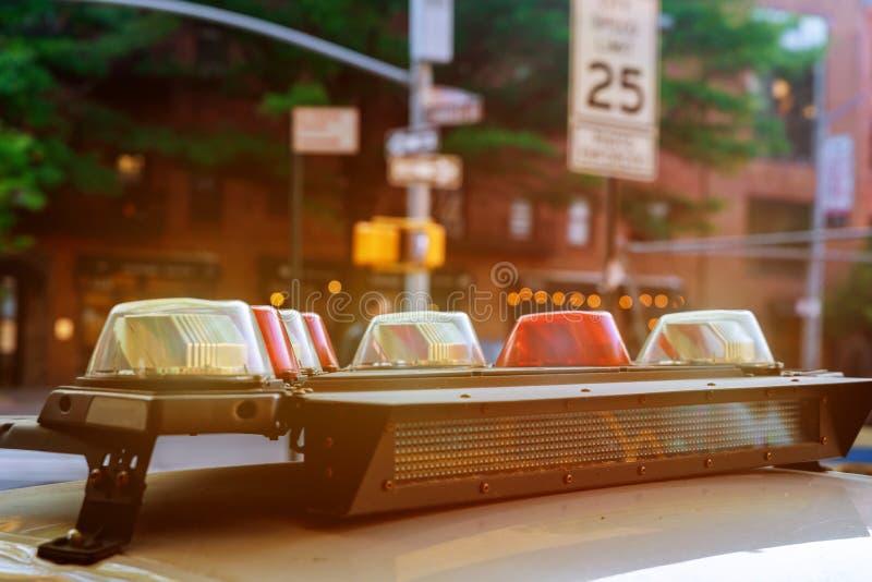 Полицейская машина аварийная ситуация со светами включила стоковое фото