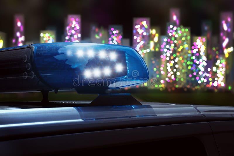 Полицейская машина на дороге к городу стоковая фотография rf