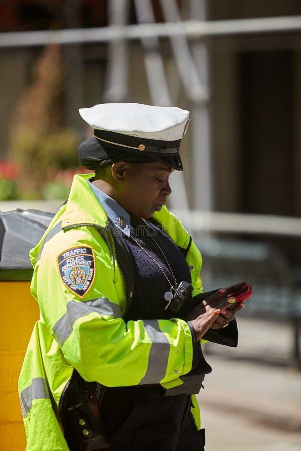 Полицейские выполняя его обязанности на улицах стоковое фото rf