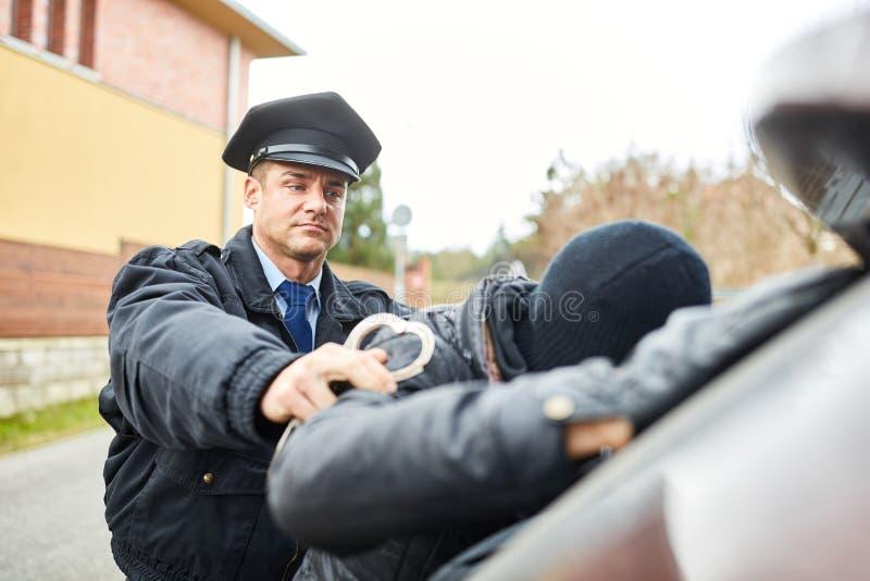 Полицейский арестовывая взломщиков стоковая фотография rf
