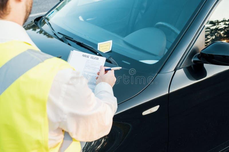 Полицейский давая штраф для паркуя нарушения стоковые фото