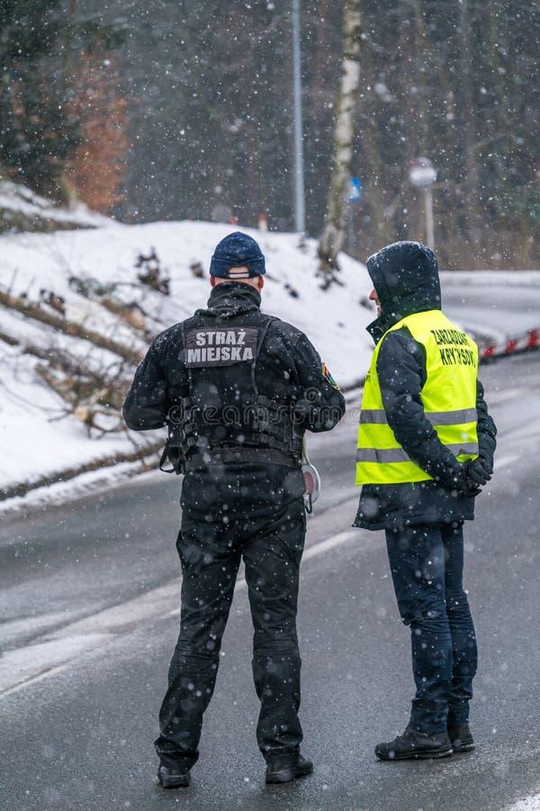 Полицейский и гражданский предохранитель на дороге стоковое изображение