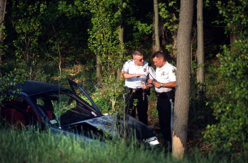 Полицейский 2 обсудить аварию стоковые изображения