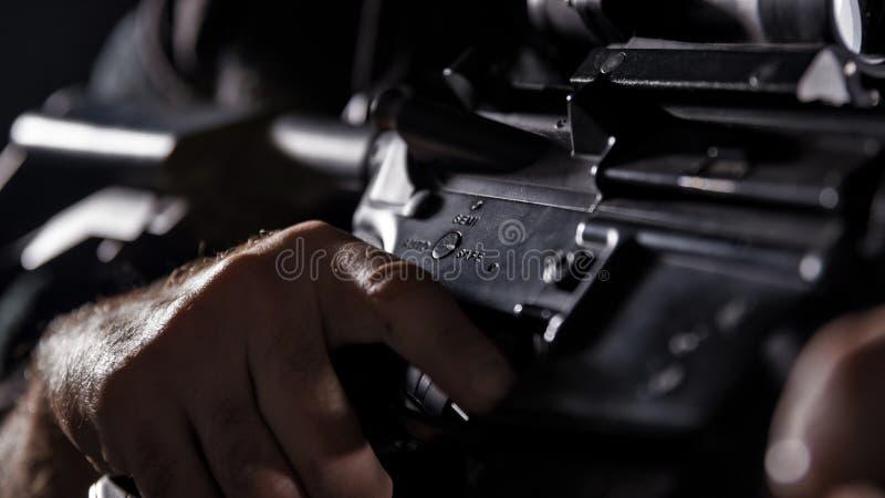 Полицейский СВАТ ops спецификаций в черной форме стоковые фотографии rf