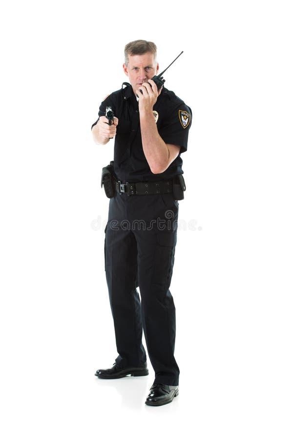 Полиция: Звонки офицера для подпорки пока наблюдающ преступника стоковая фотография