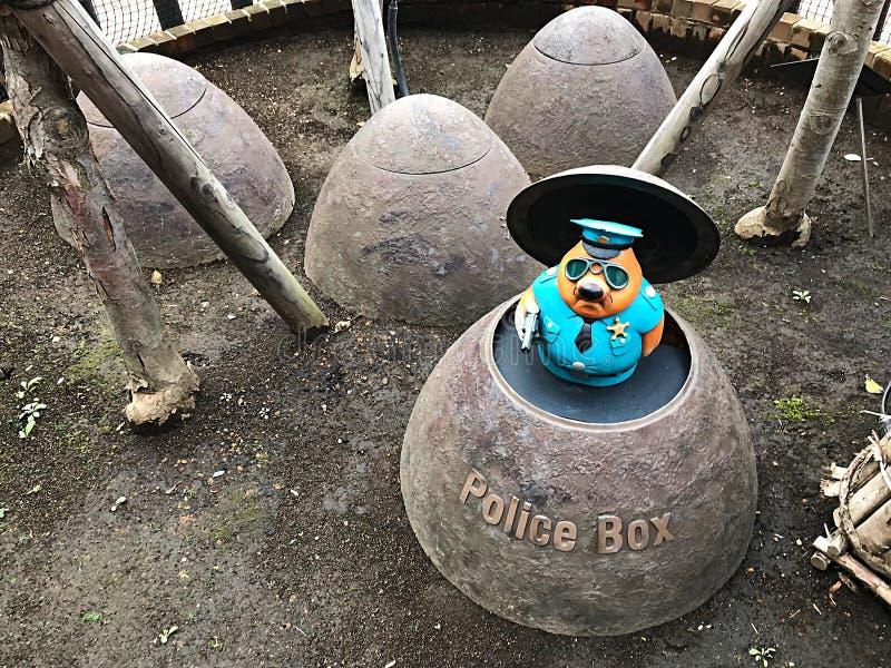 Полиция моли робота с коробкой стоковая фотография rf