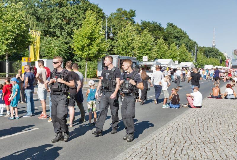 Полиция патрулирует зону футбольного болельщика в парке Tiergarten berlin Германия стоковые изображения