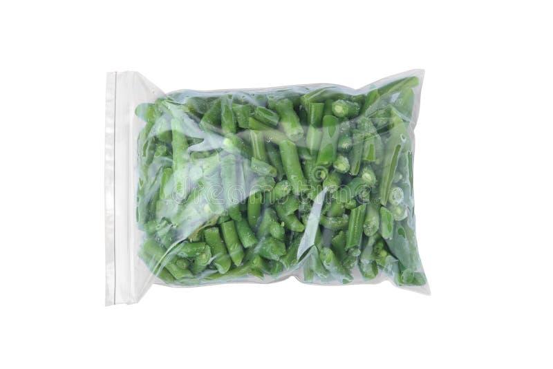 Полиэтиленовый пакет с замороженными зелеными фасолями на белой предпосылке Vegetable консервация стоковые фото