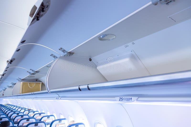 Полка багажа с багажом в самолете Интерьер воздушных судн перемещение карты dublin принципиальной схемы города автомобиля малое стоковое изображение rf