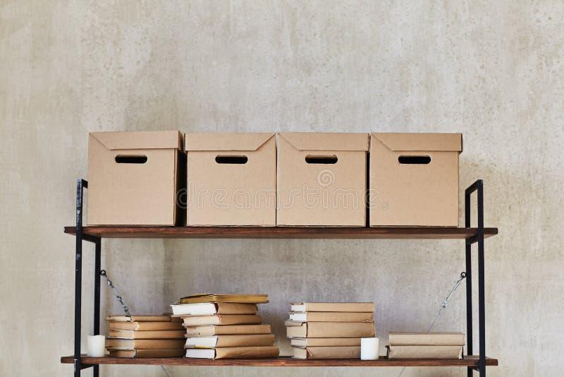 Полка с коробками и книгами стоковые фото