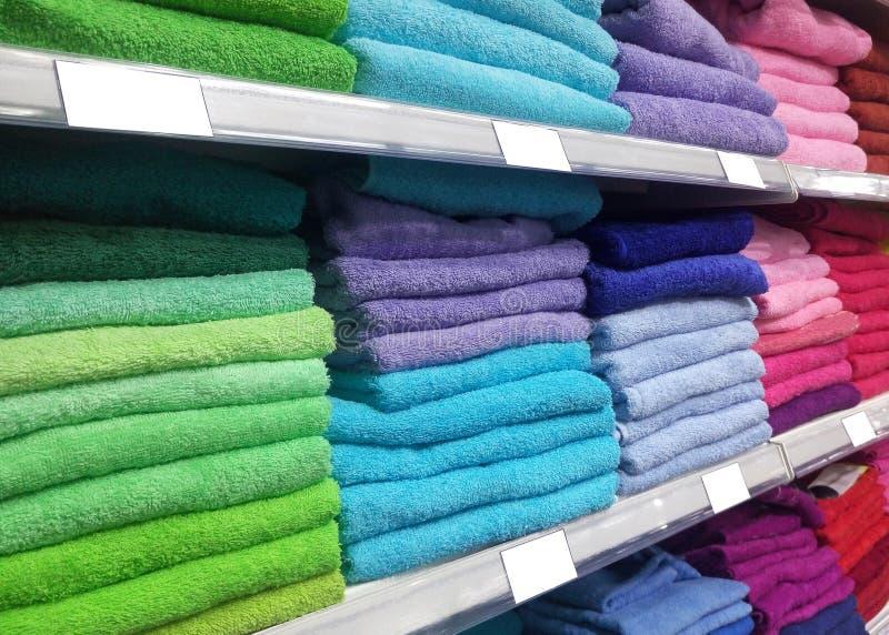 Полка с покрашенными полотенцами стоковая фотография rf