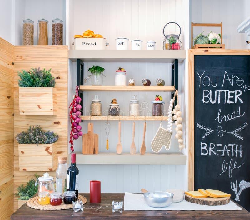 Полки кухни с различными пищевыми ингредиентами и утварями стоковые фото