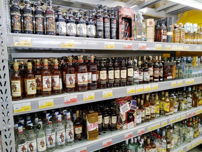Полки полные бутылок вискиа в супермаркете Lenta стоковое фото rf