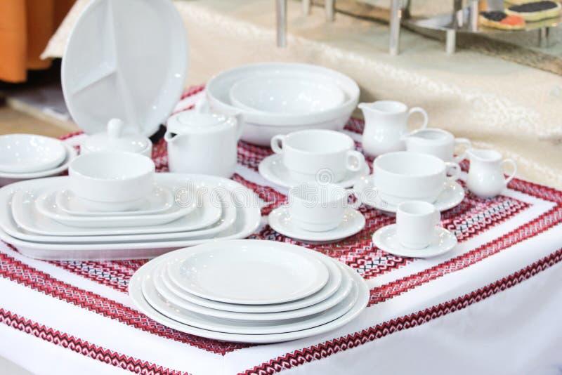 полная белизна изделий обслуживания обеда установленная стоковая фотография rf