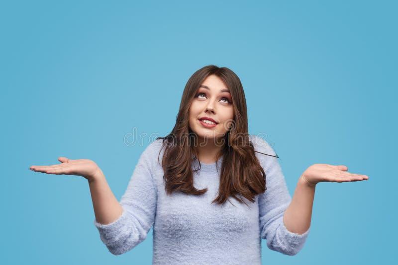 Полная женщина shrugging плечи стоковое фото rf
