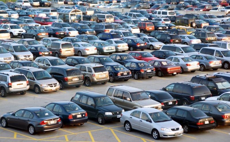 полная стоянка автомобилей серии стоковые фото