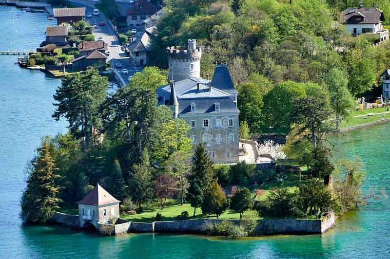 Полная съемка замка Duingt в озере Анси около французских горных вершин стоковое фото rf