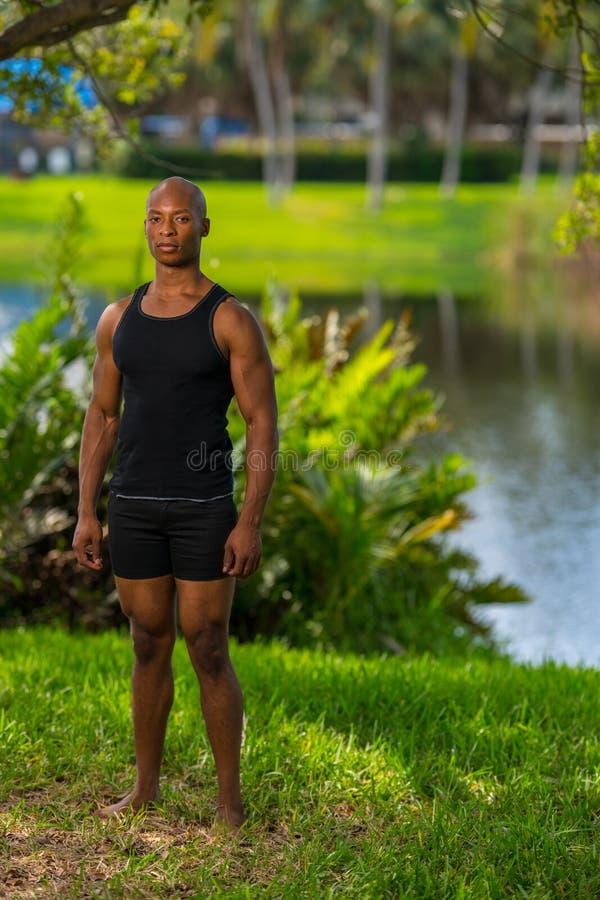 Полная съемка тела модели фитнеса парком озера стоковые фото